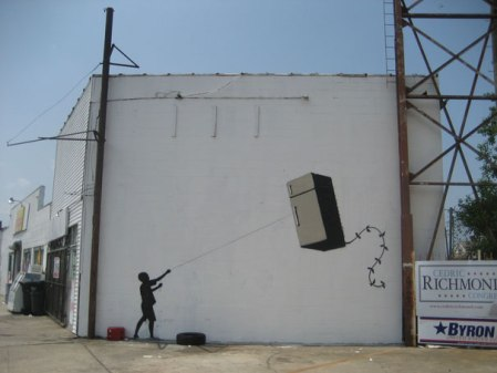 banksy-graffiti-street-art-fridge-kite piccola
