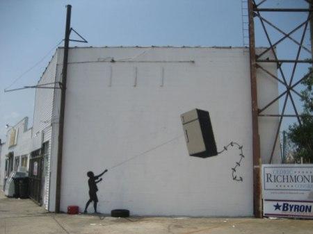 banksy-graffiti-street-art-fridge-kite piccola